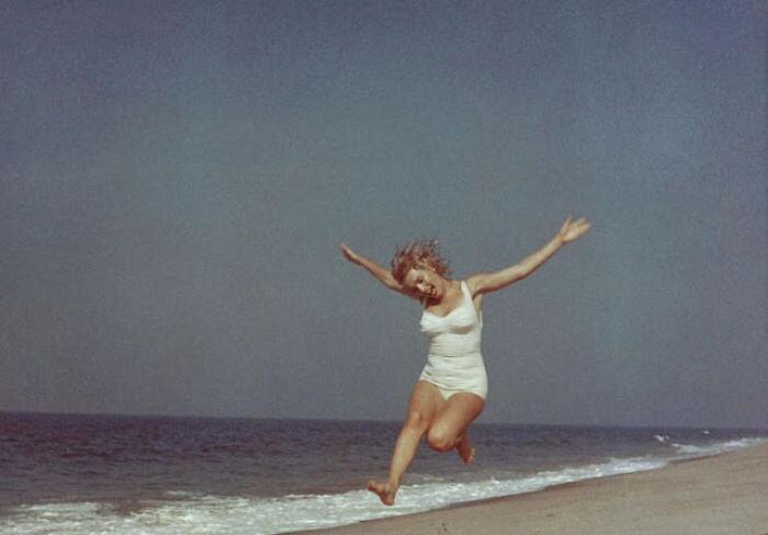 Foto di Marilyn Monroe in spiaggia di Sam Shaw 1957