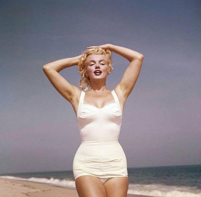 17 foto affascinanti di Marilyn Monroe sulla spiaggia nel 1957