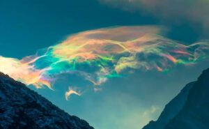 Fotografa cattura un incredibile fenomeno ottico tra le nubi in Siberia