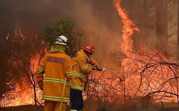 Vigili del fuoco americani arrivano in Australia