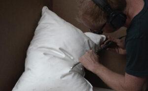"""Artista scolpisce """"soffici"""" cuscini usando blocchi di marmo"""