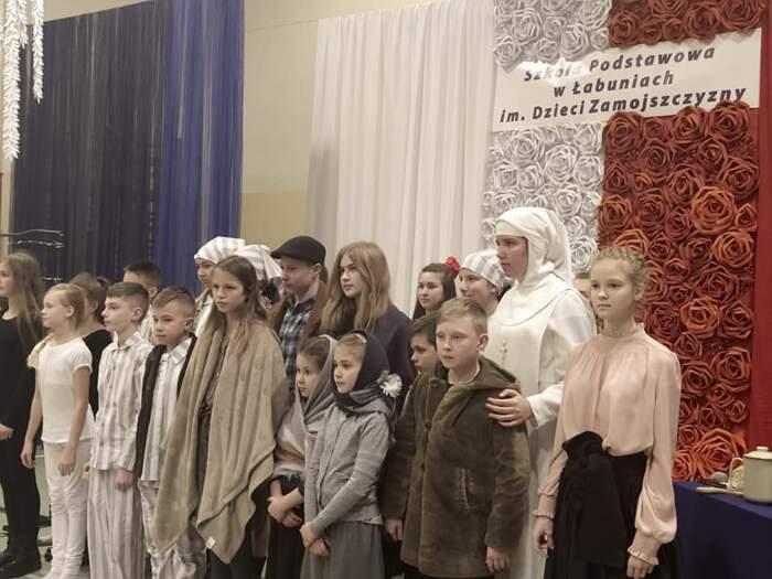 Recita di scuola elementare ricrea il campo di sterminio di Auschwitz con svastiche e camere a gas