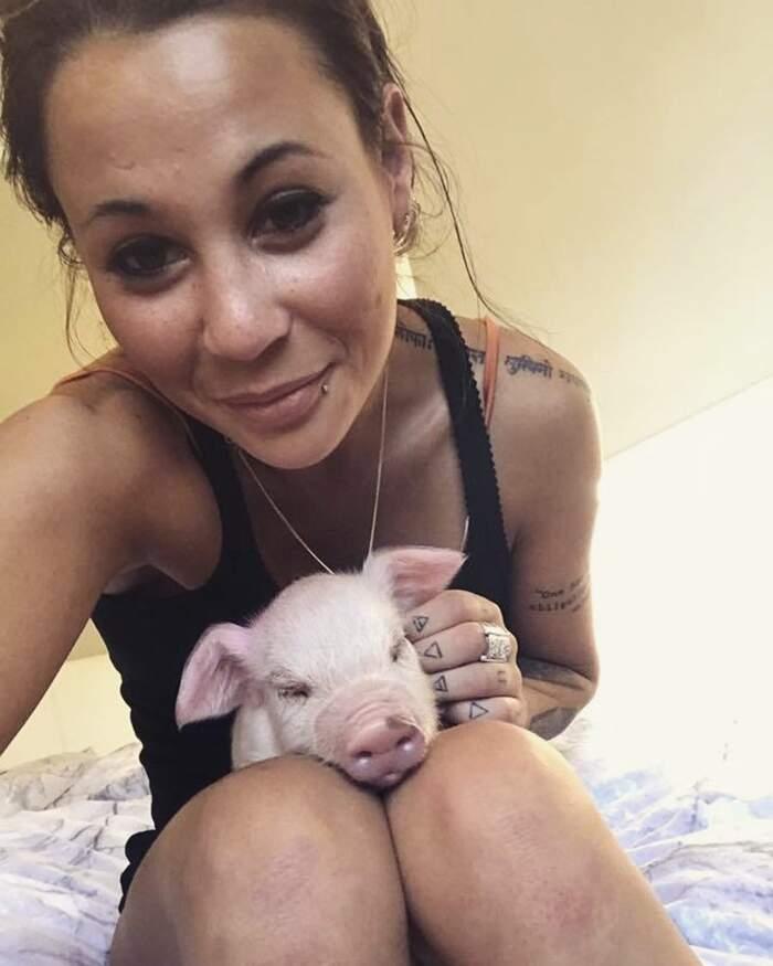 Animalista arrestata 22 volte per i suoi raid negli allevamenti intensivi non smetterà di salvare animali, Leah Doellinger