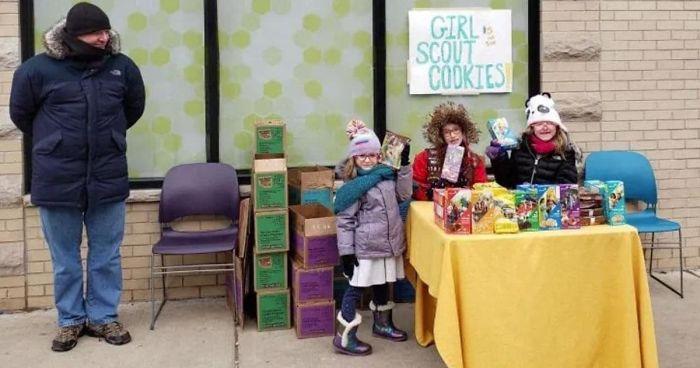 Bambine piazzano la bancarella davanti a un negozio di cannabis e vendono centinaia di scatole