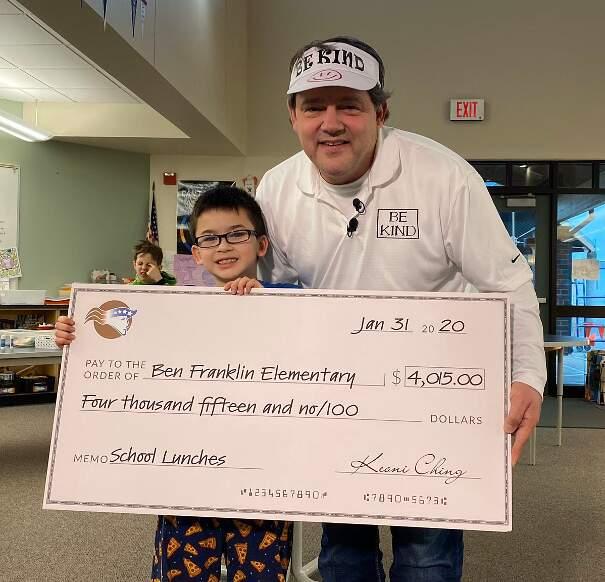 Bambino di 8 anni paga i debiti di mensa per tutta la scuola vendendo portachiavi fatti a mano