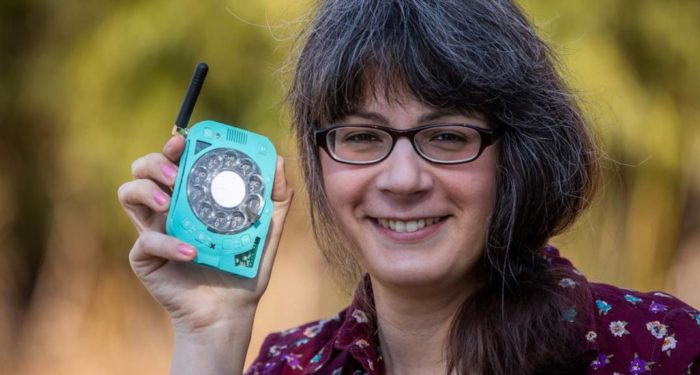 Giovane scienziata costruisce un cellulare con quadrante rotativo per evitare le distrazioni