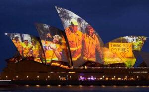 Le immagini degli eroici pompieri australiani proiettate sull'Opera House di Sidney