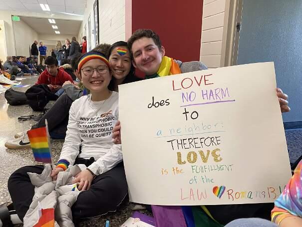 Due insegnanti costretti a dimettersi perché gay, tutti gli studenti escono dalla scuola per protesta