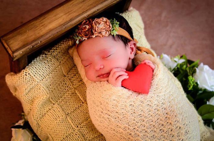 Papà parla per mesi alla figlia nel grembo materno, la bimba nasce e gli fa un sorriso indimenticabile