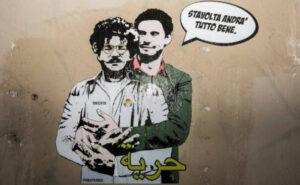 """""""Stavolta andrà tutto bene"""": Giulio Regeni abbraccia Patrick Zaky nella street art di Laika"""