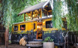 Coppia del Colorado trasforma un vagone della Seconda Guerra Mondiale in una bellissima mini casa