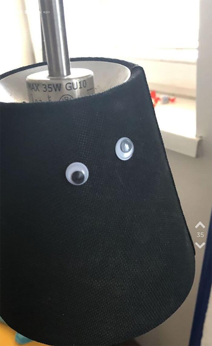 Scherzo fidanzata attacca occhi adesivi su oggetti fidanzato