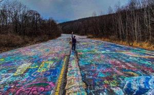 Un'autostrada abbandonata in Pennsylvania è stata completamente coperta di graffiti