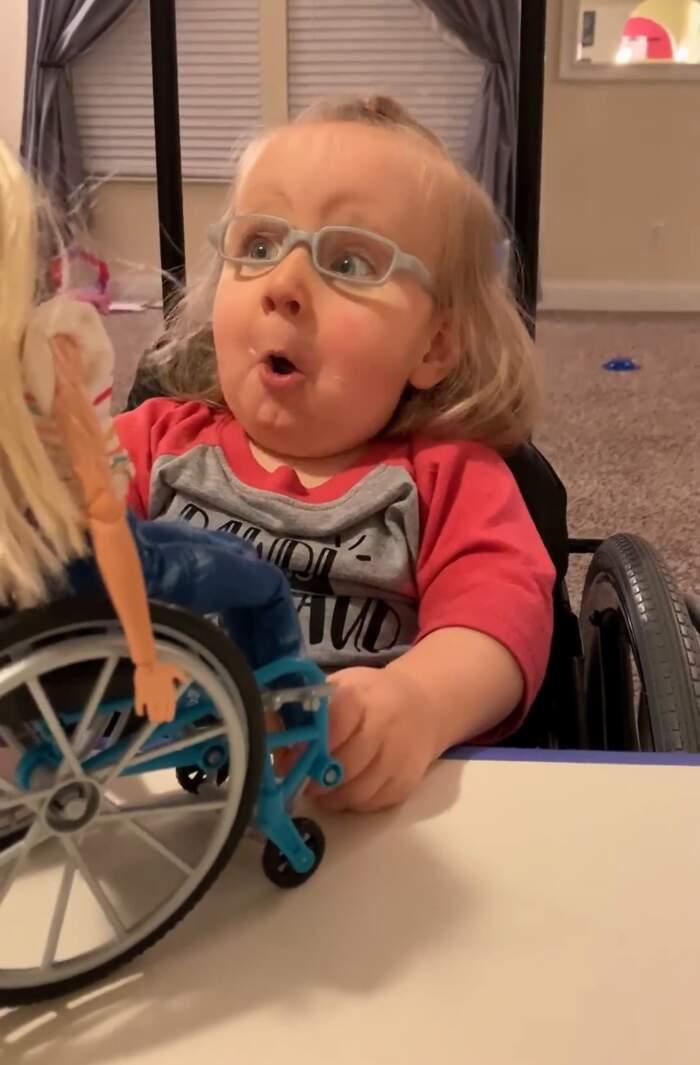 Bambina su sedia a rotelle riceve in regalo una Barbie ...