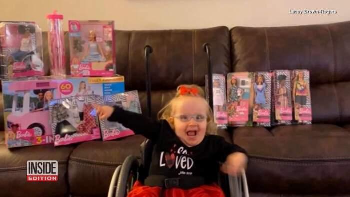 Bambina disabile riceve in regalo una Barbie come lei e il suo volto si illumina