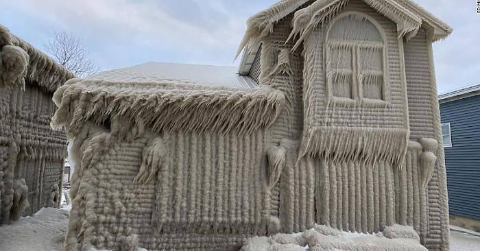 Il freddo ricopre di ghiaccio le case sul lago Erie a New York e le trasforma nel regno di Frozen