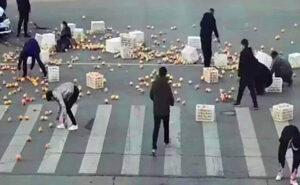 Fruttivendolo ha un incidente e perde il carico in strada, gli automobilisti lo aiutano