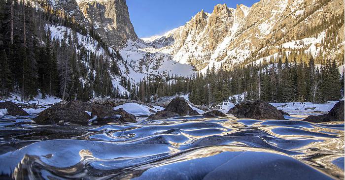 Onde di un lago congelate nel tempo tra le Montagne Rocciose del Colorado