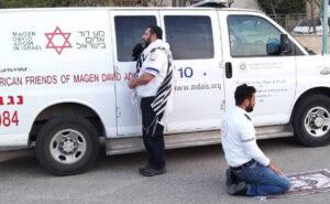 Un paramedico ebreo e uno musulmano fermano l'ambulanza e pregano insieme per affrontare il coronavirus