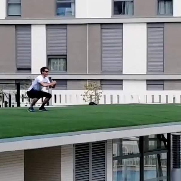 Personal trainer allena i vicini dal tetto del palazzo nei giorni del coronavirus