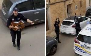 La polizia spagnola canta e balla in strada per sollevare il morale dei residenti in quarantena