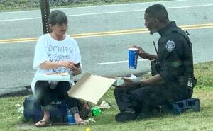 Poliziotto divide il pranzo con una donna senzatetto e la foto diventa virale