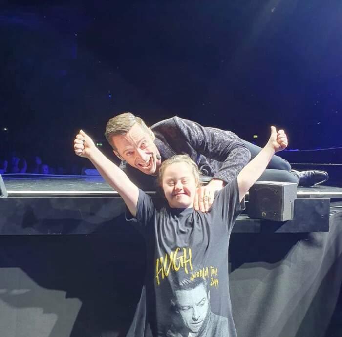 Hugh Jackman si fa fotografare con una piccola fan