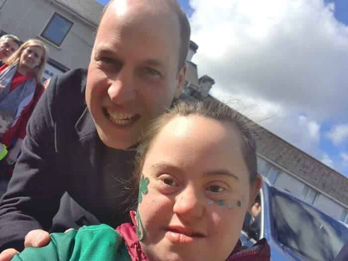 Il Principe William infrange il protocollo per fare un selfie con una piccola fan