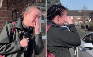 Il vicinato applaude la paramedica che va a lavoro e la ragazza scoppia in lacrime