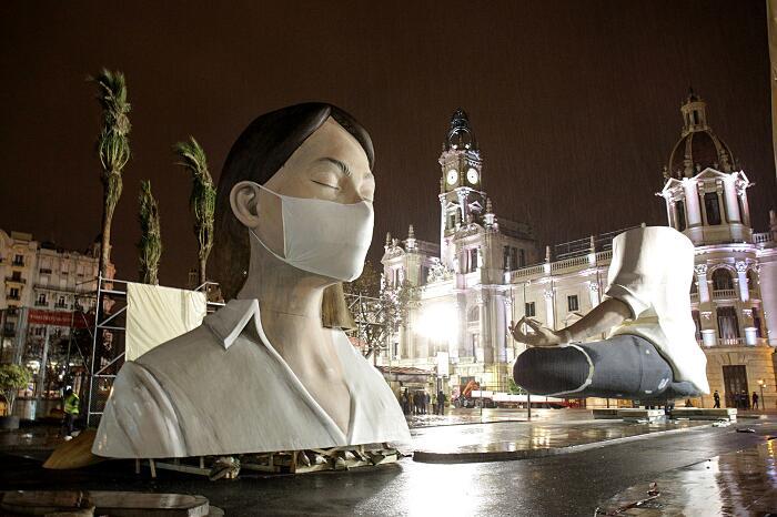 Scultura donna che medita Escif Las Fallas festival Valencia