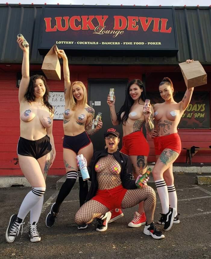 Spogliarelliste organizzano servizio di food delivery in seguito alla chiusura dei club per il lockdown