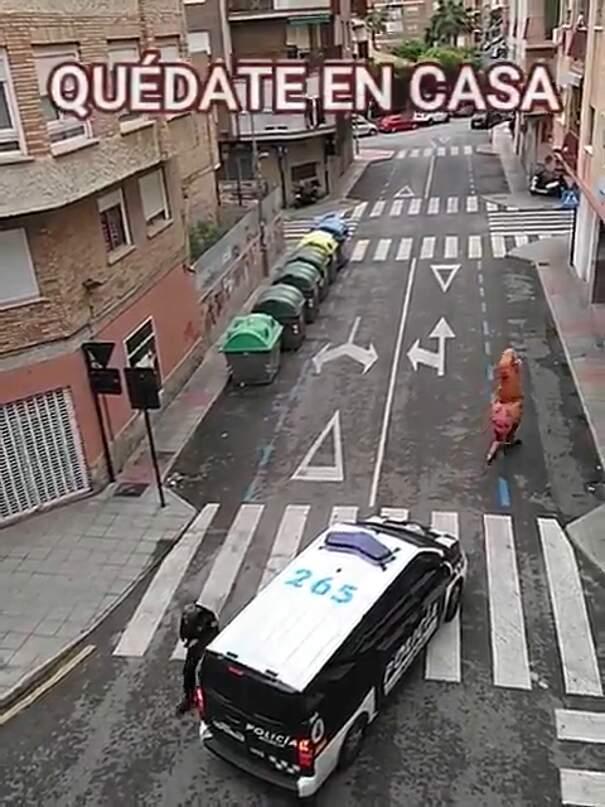 Coronavirus, la polizia ferma un uomo travestito da T-Rex che passeggiava nonostante il divieto di uscire