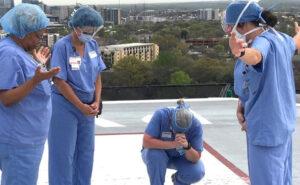 Infermieri pregano sul tetto di un ospedale: la foto che ha commosso il mondo