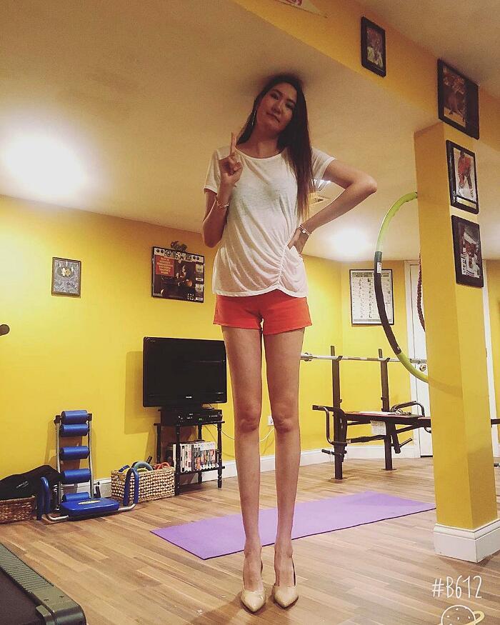 Questa ragazza arriva dalla Mongolia e le sue gambe sono tra le più lunghe al mondo