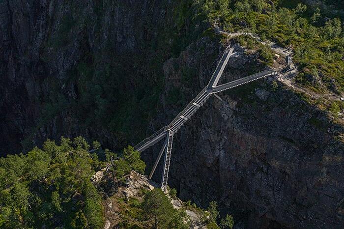 Inaugurato un ponte di 99 gradini per ammirare la cascata più famosa della Norvegia