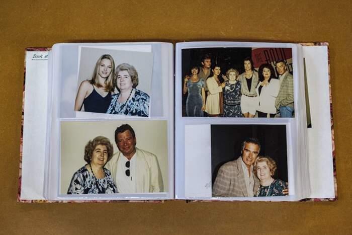 Trovato in un negozio dell'usato un album di foto di una donna con le più famose star di Hollywood