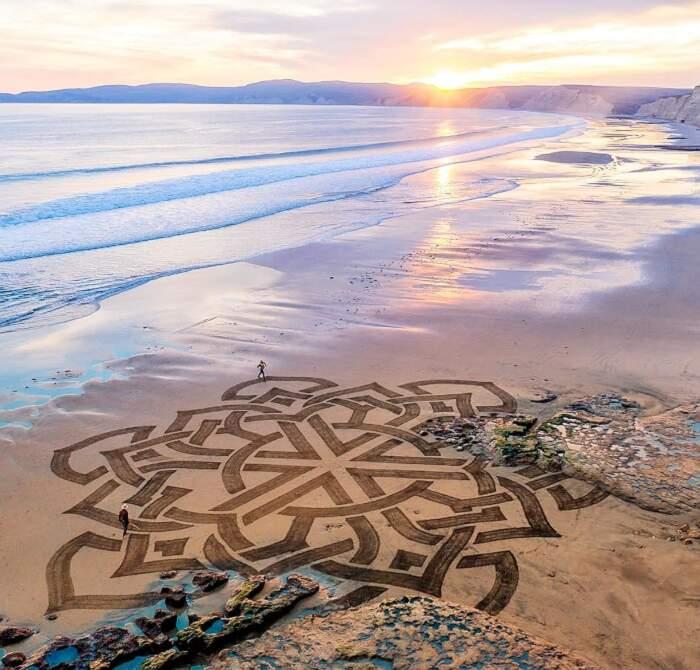 Artista percorre le rive per creare giganteschi disegni sulla sabbia dalla bellezza effimera (16 foto)