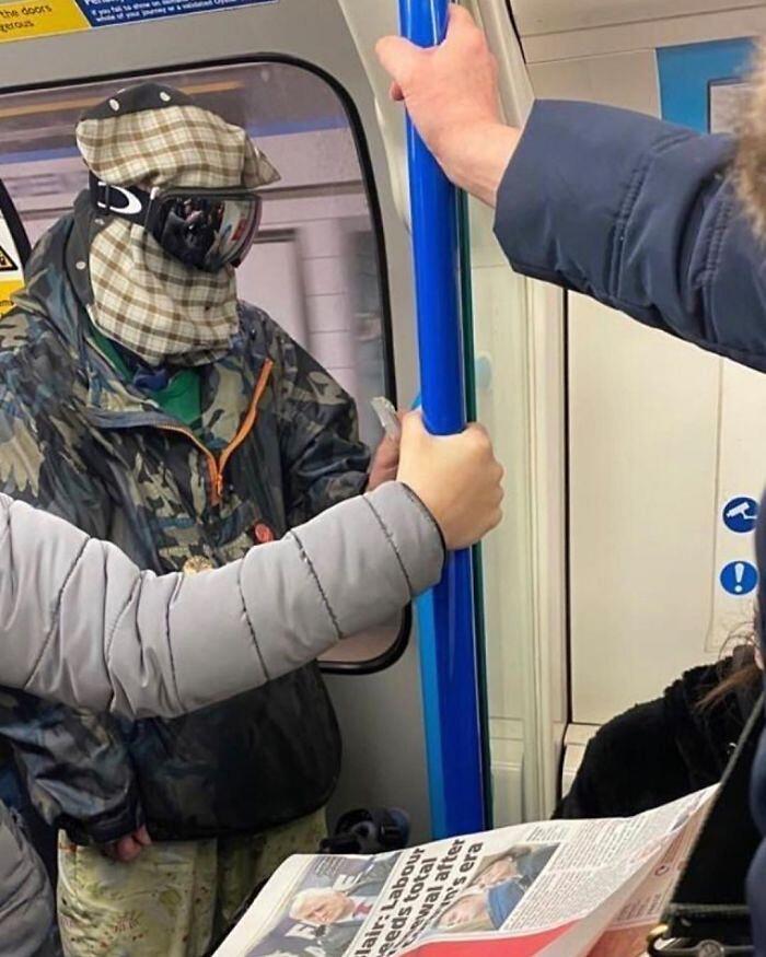 Pagina Instagram raccoglie le mascherine anti COVID più strane avvistate in metro (32 foto)