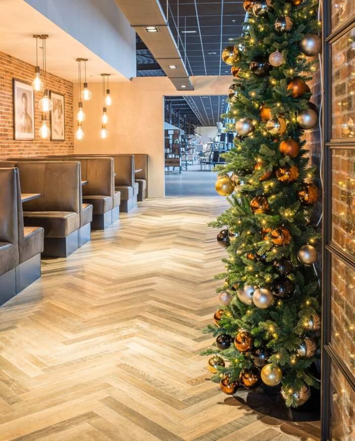 Ora puoi comprare metà albero di Natale, risparmi spazio e il retro non si vede in ogni caso