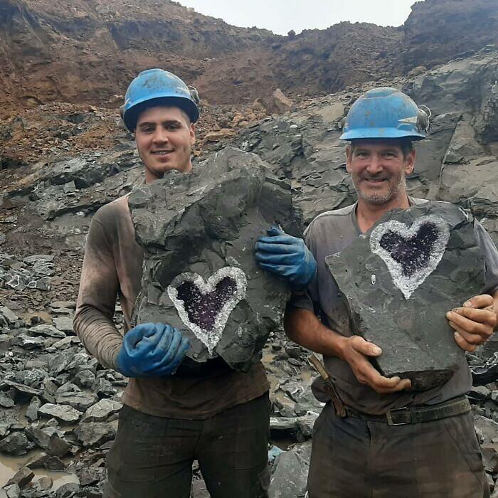 Minatori in Uruguay trovano un incredibile geode di ametista a forma di cuore