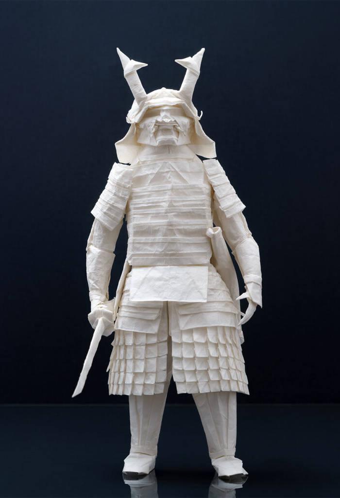 Questa elaborata scultura di samurai è stata creata piegando un singolo foglio di carta (video)