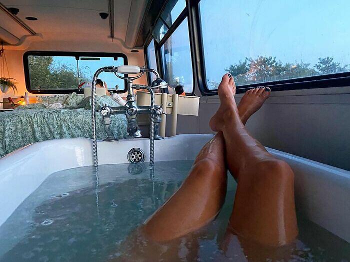 Acquistano un autobus a due piani e lo trasformano in una casa da sogno completa di vasca da bagno