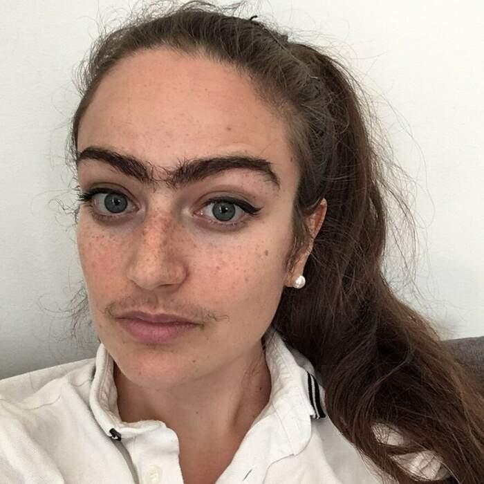 Ragazza rifiuta gli standard di bellezza decidendo di non depilarsi baffi e monociglio