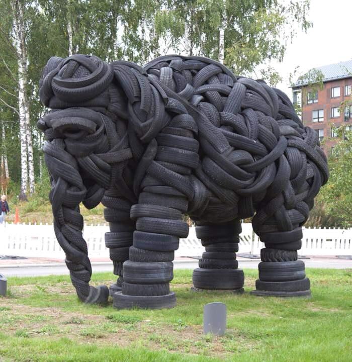 Un'enorme scultura di elefante fatta con vecchi pneumatici